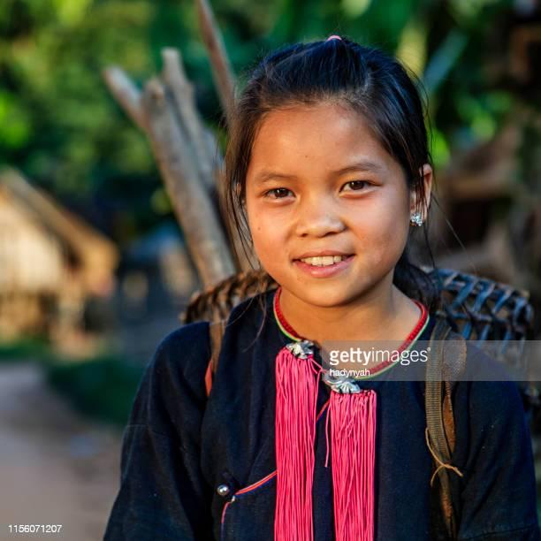niña laosiana que lleva un bosque en un pueblo en el norte de laos - laos fotografías e imágenes de stock