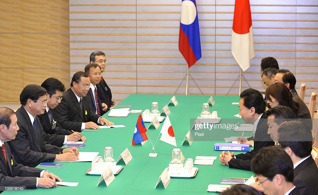 Laotian Prime Minister Bouasone Bouphavanh (2L) and Japanese counterpart Yukio Hatoyama (2R) hold a meeting at the latter's official residence in Tokyo on May 20, 2010. Bouphavanh is here to attend a Tokyo business conference entitled 'The Future of Asia.'