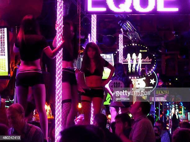 runde tänzer auf der bangla road, patong beach, thailand - lap dance stock-fotos und bilder
