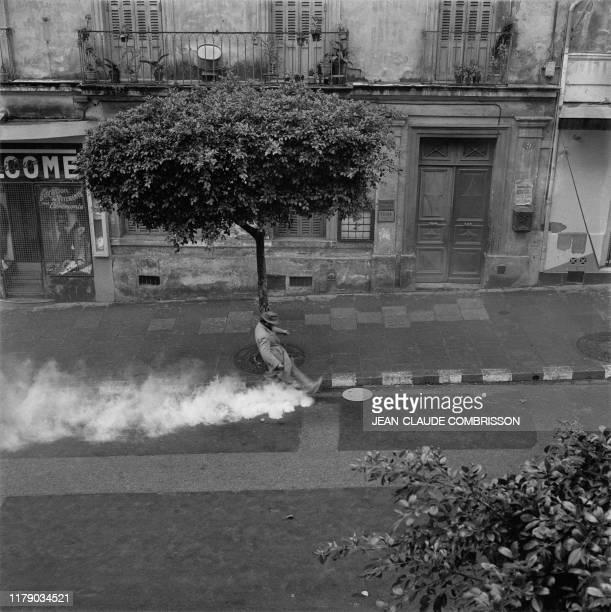 A l'appel du Front de l'Algérie française des Européens opposés à la politique algérienne du général de Gaulle se sont armés de matraques et de...