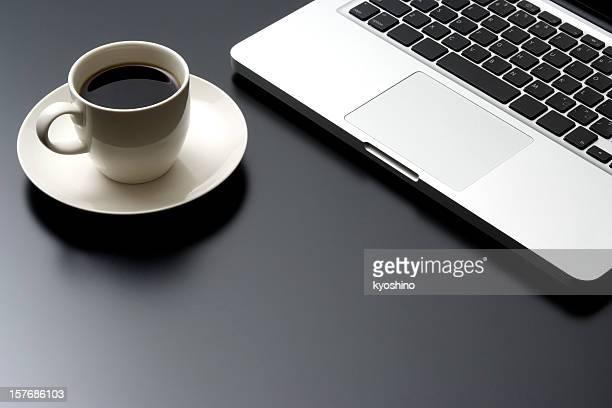 Computadora portátil y cafetera en negro, ESCRITORIO