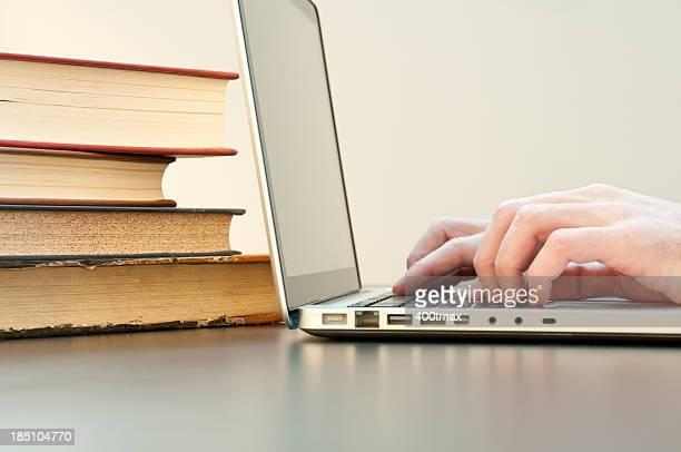 Laptop e livros
