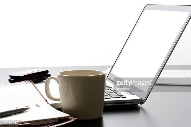 Laptop und business-tools auf Schreibtisch vor weißem Hintergrund