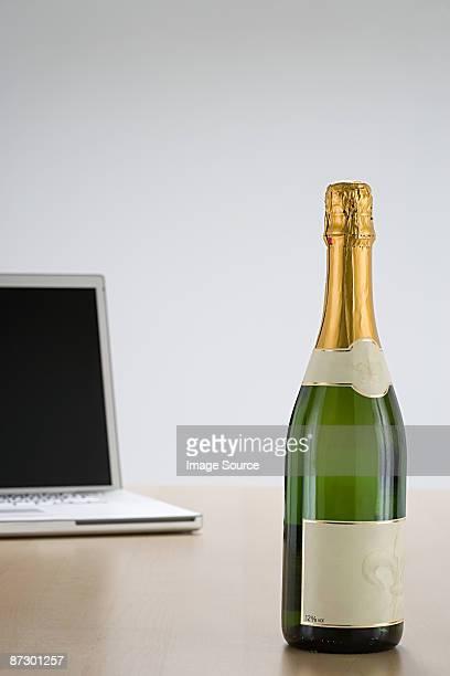 laptop and champagne - fles stockfoto's en -beelden