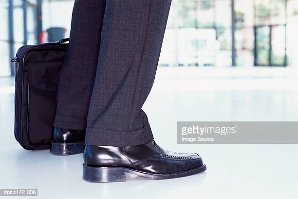 laptop and feet of businessman - nette schoen stockfoto's en -beelden