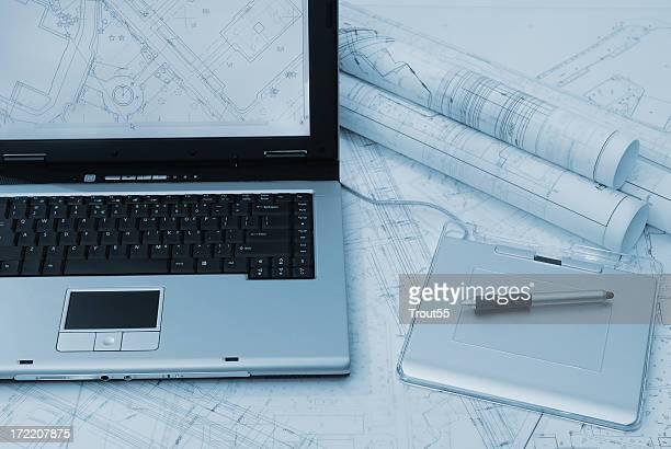 Laptop und Planung auf dem Tisch