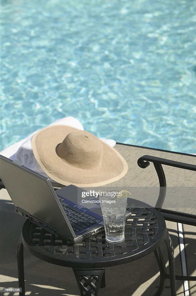 Laptop by pool : Stockfoto