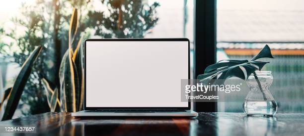 laptop computer blank screen on table in cafe background. laptop with blank screen on table of coffee shop blur background. - laptop stock-fotos und bilder