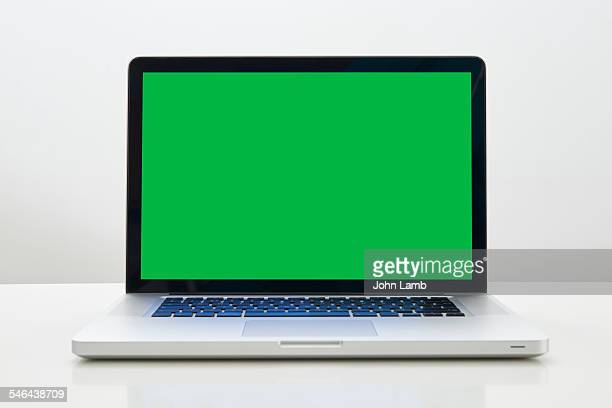 laptop green screen - chroma key foto e immagini stock
