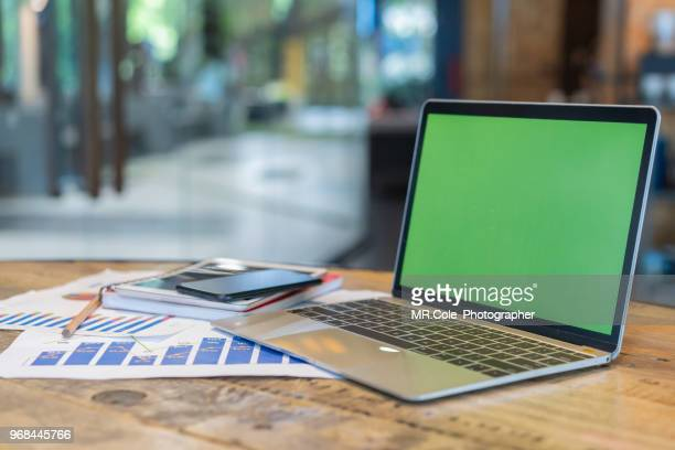 laptop mock up with screen in coffee shop - monitor foto e immagini stock
