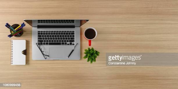 laptop, notebook and coffee mug on home office desk. wood background with copy space. - copy space - fotografias e filmes do acervo