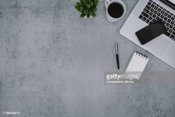 laptop, notepad and cellphone on work desk - tafel stockfoto's en -beelden