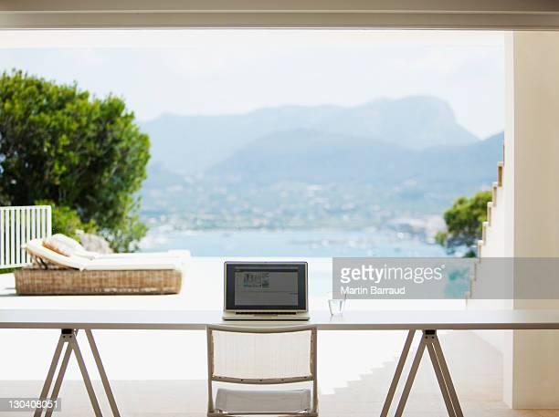 Laptop am Schreibtisch im Wohnzimmer