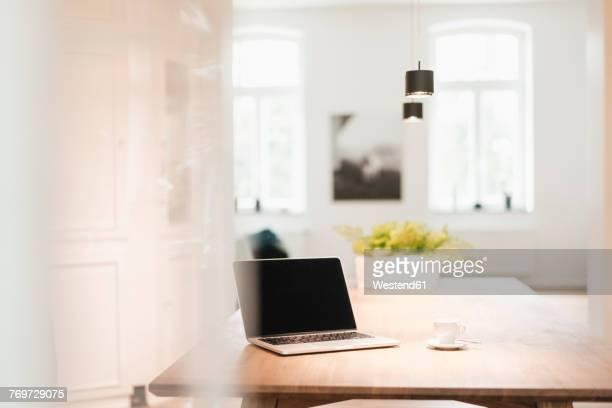 laptop on table at home - variable schärfentiefe stock-fotos und bilder