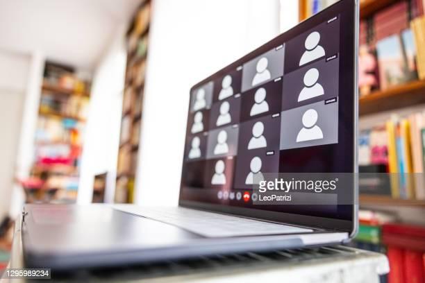 筆記型電腦螢幕等待視頻會議出席者 - 出席 個照片及圖片檔