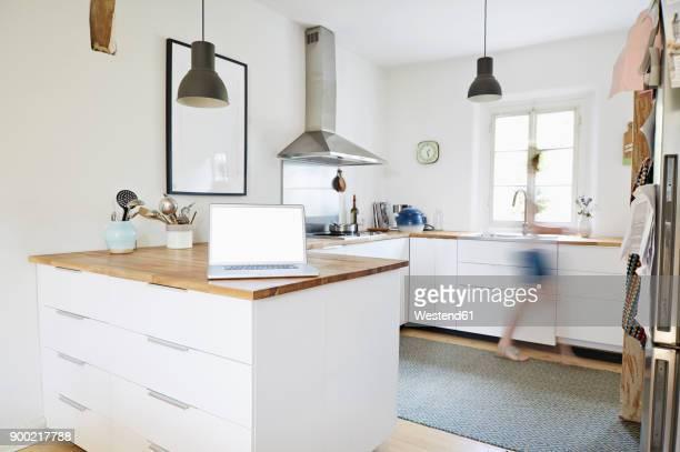 laptop standing on worktop in a modern kitchen - afzuigapparaat stockfoto's en -beelden