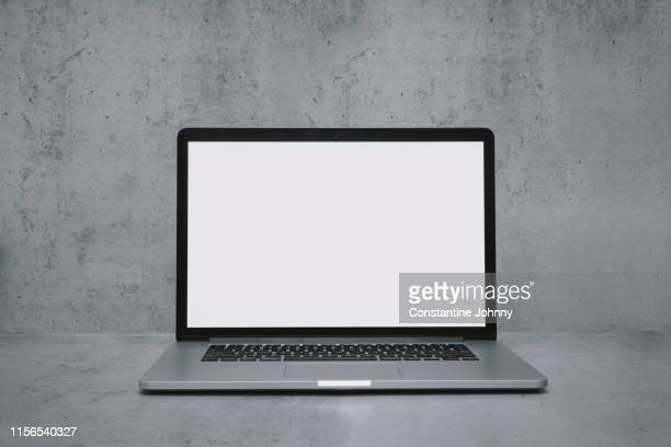laptop with blank white screen on word desk - beeldscherm stockfoto's en -beelden