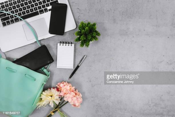laptop, women's handbag and purse on desk - 女裝 個照片及圖片檔