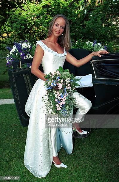 Lara Joy Körner Chiemgau ARDFilm Utta Danella Eine Hochzeit auf dem Lande Kutsche Umarmung Hochzeit Hochzeitskleid Blumen