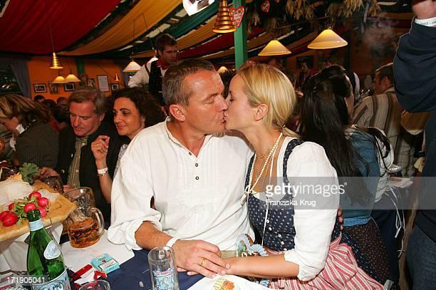 Lara Joy Körner Mit Ehemann Heiner Pollert Bei Der O2 Party Im Hippodrom Von Sepp Krätz Und Brigitt Baumgartl Wolff Beim Münchner Oktoberfest Am...