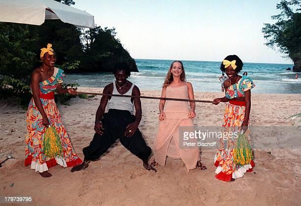"""Lara-Joy Körner mit einheimischen Limbo-Tänzern, ZDF-Reihe """"Traumschiff"""", Folge 32 """"Jamaica/Galapagos-Inseln"""", Karibik, Episode: """"Das Mädchen im..."""