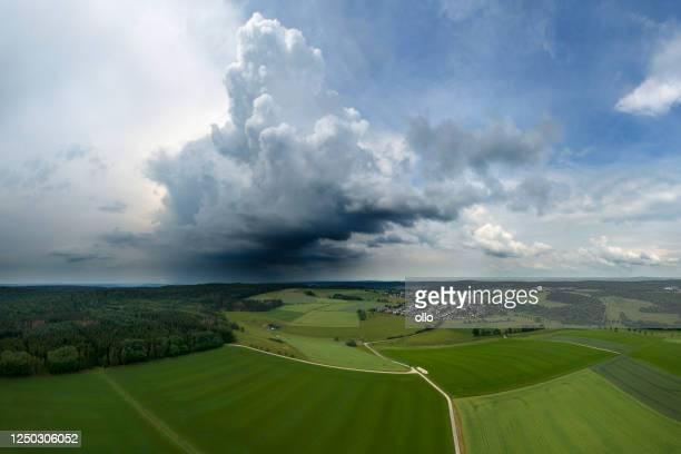 große herannahende gewitterwolke - luftbild - extremwetter stock-fotos und bilder