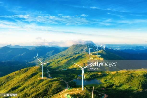 山中の風力発電の広い領域 - 風力発電機 ストックフォトと画像