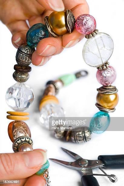 hausgemachte perlen schmuck, als hobby - perlenschnur stock-fotos und bilder