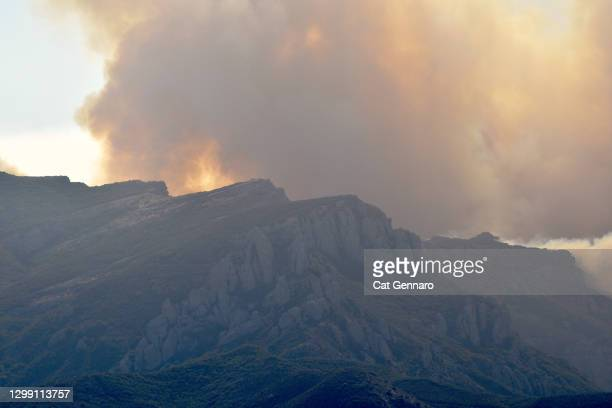 large black smoke plum rises above mountains - thousand oaks stock pictures, royalty-free photos & images