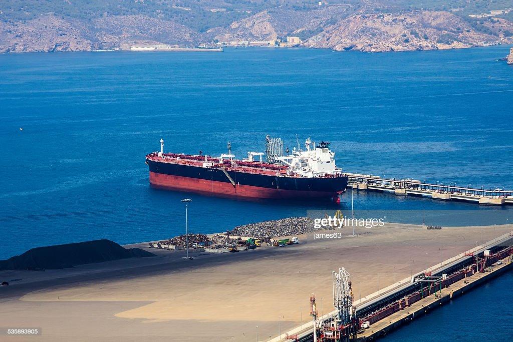 Großes Schiff Ladung in einem kleinen Hafen : Stock-Foto