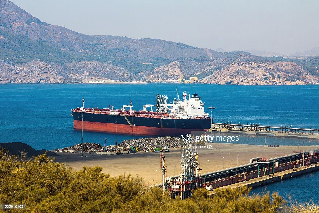 Gran barco de carga en un pequeño puerto : Foto de stock