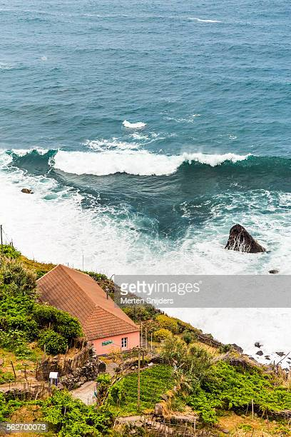 large breaking wave in front of educational cabin - merten snijders stockfoto's en -beelden