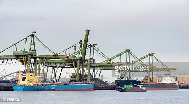 Grand Navire-cargo avec charbon dans le port
