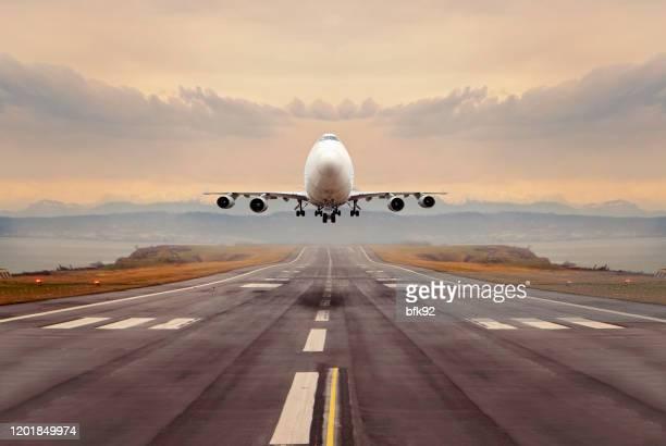 大型貨物飛行機が離陸。 - 着陸する ストックフォトと画像