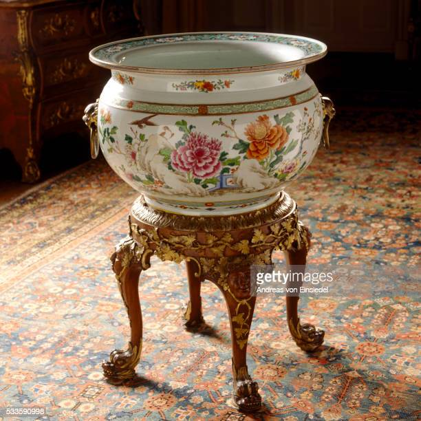 a large chinese famille rose fishbowl in the saloon that has been at wallington, northumberland sinc - morpeth stock pictures, royalty-free photos & images