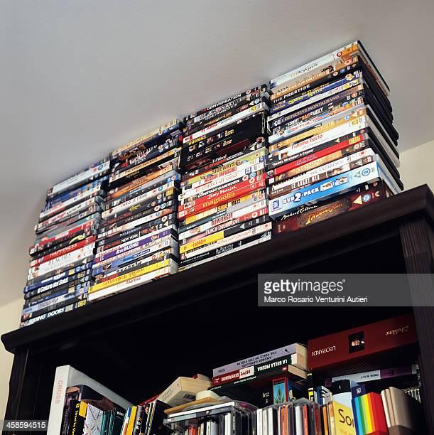 大きなコレクションの DVD を、国内 bookcase