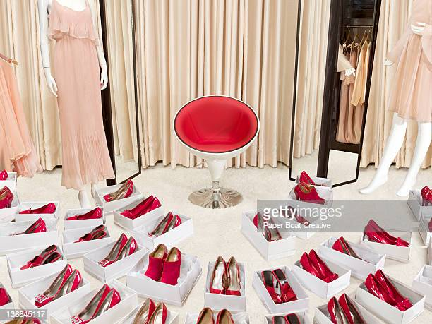 large collection of red shoes in boxes in a shop - collection photos et images de collection