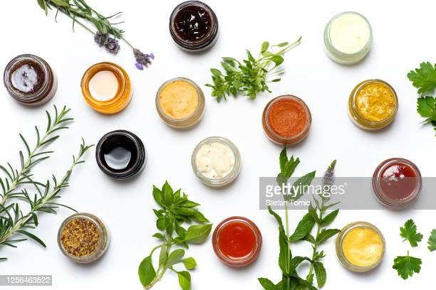 grande collection de sauces et tartinades épicées dans de petits pots isolés plats - sauce photos et images de collection