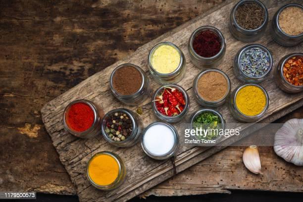 large collection of spices in small bowls - molho arranjo imagens e fotografias de stock