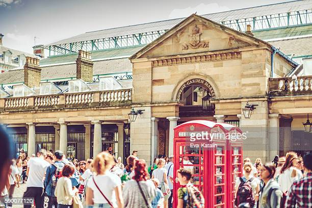 large crowd in front of covent garden's entry - covent garden - fotografias e filmes do acervo