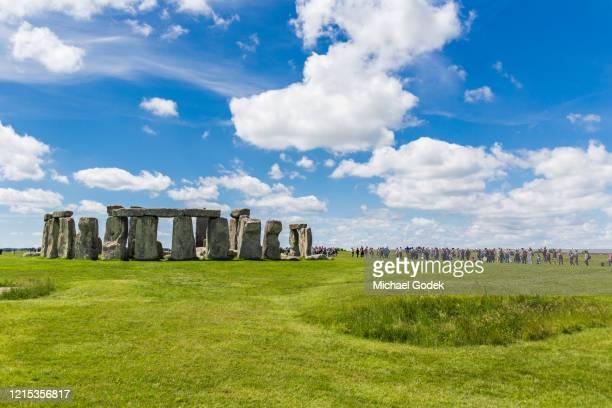 large crowds visiting stonehenge on bright summer day - サリスベリー ストックフォトと画像
