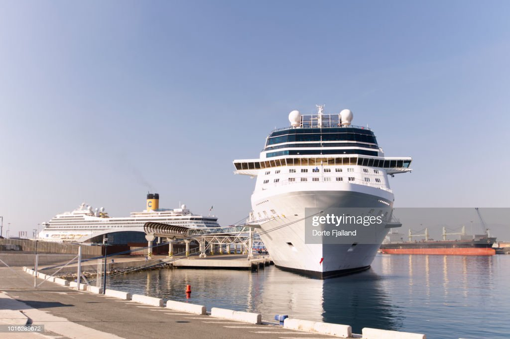 Large cruise ship on a bright and sunny Summer day : Foto de stock