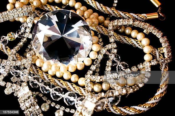 gran diamante con otros jewlery sobre fondo negro. - collar de perlas joyas fotografías e imágenes de stock