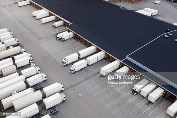 大型物流センター、上から見たトラックが多い - 工場地帯 ストックフォトと画像