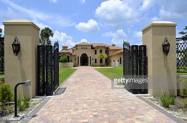 大型のドライブウェイとゲートフロリダの家庭 - 門 ストックフォトと画像