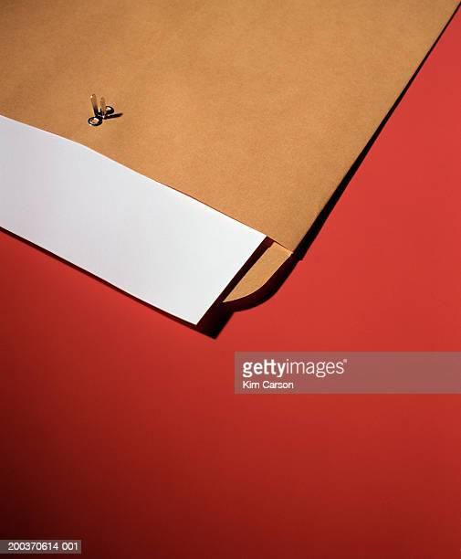 large envelope with sheet of paper, close-up - correio correspondência - fotografias e filmes do acervo