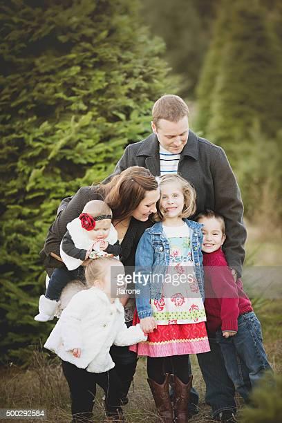 Große Familie Weihnachtskarte Foto in Christmas Tree Farm.