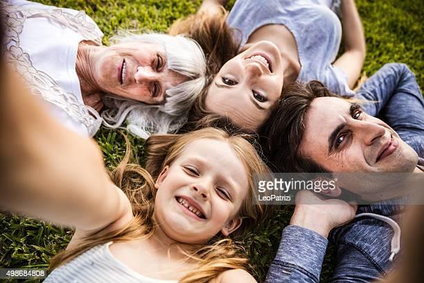 Große Familie, die ein selfie auf den Garten
