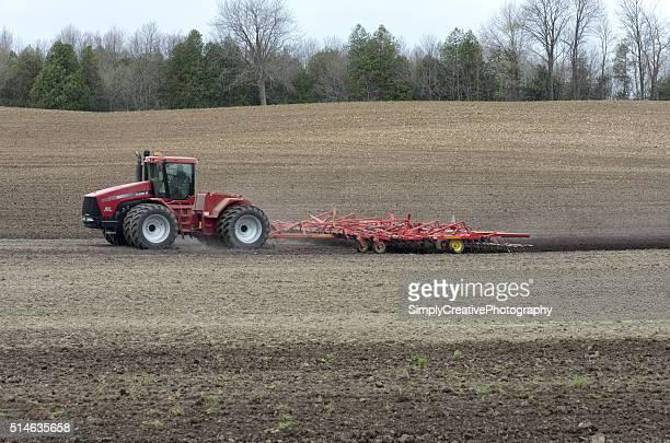 大農場トラクターと育成フィールド