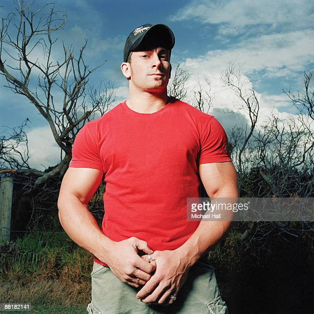 large fit man in red shirt - machismo fotografías e imágenes de stock